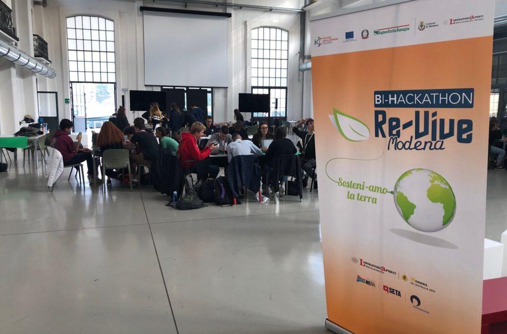 Gruppo di partecipanti Bi-Hackathon re-vive Modena in Galleria Centrale del Laboratorio