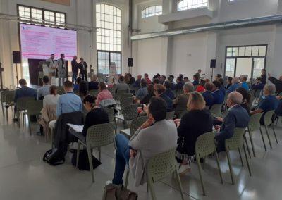Pubblico partecipante alla presentazione di un evento nella Galleria centrale del Laboratorio