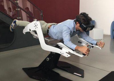 Un uomo con il visore VR steso su poltrona Icaro