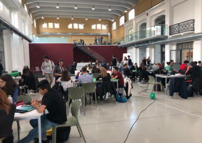 Giovani divisi in gruppi di lavoro in Galleria centrale e superiore