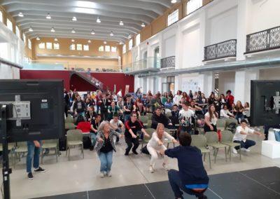 Gruppo di persone esegue esercizi di ginnastica in Galleria Centrale
