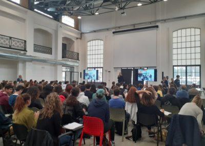 Pubblico di giovani partecipanti ad una presentazione