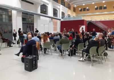 Pubblico che assiste alla presentazione di un evento