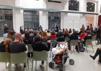 Pubblico che assiste alla presentazione di un evento nella Galleria Centrale del Laboratorio