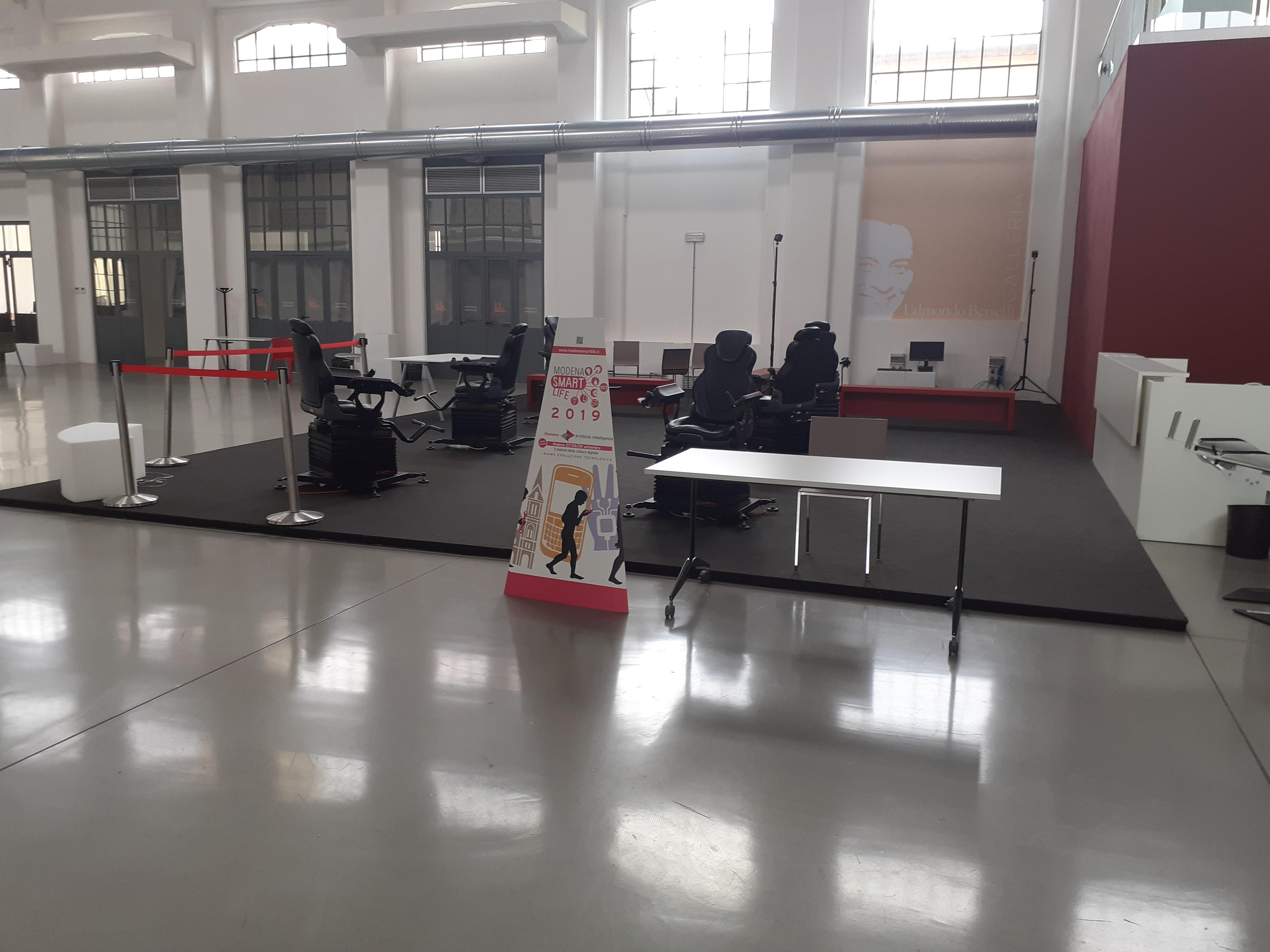 Spazio della Galleria centrale del Laboratorio aperto occupato dalle poltrone da gaming su cui stare seduti mentre si indossano i visori VR