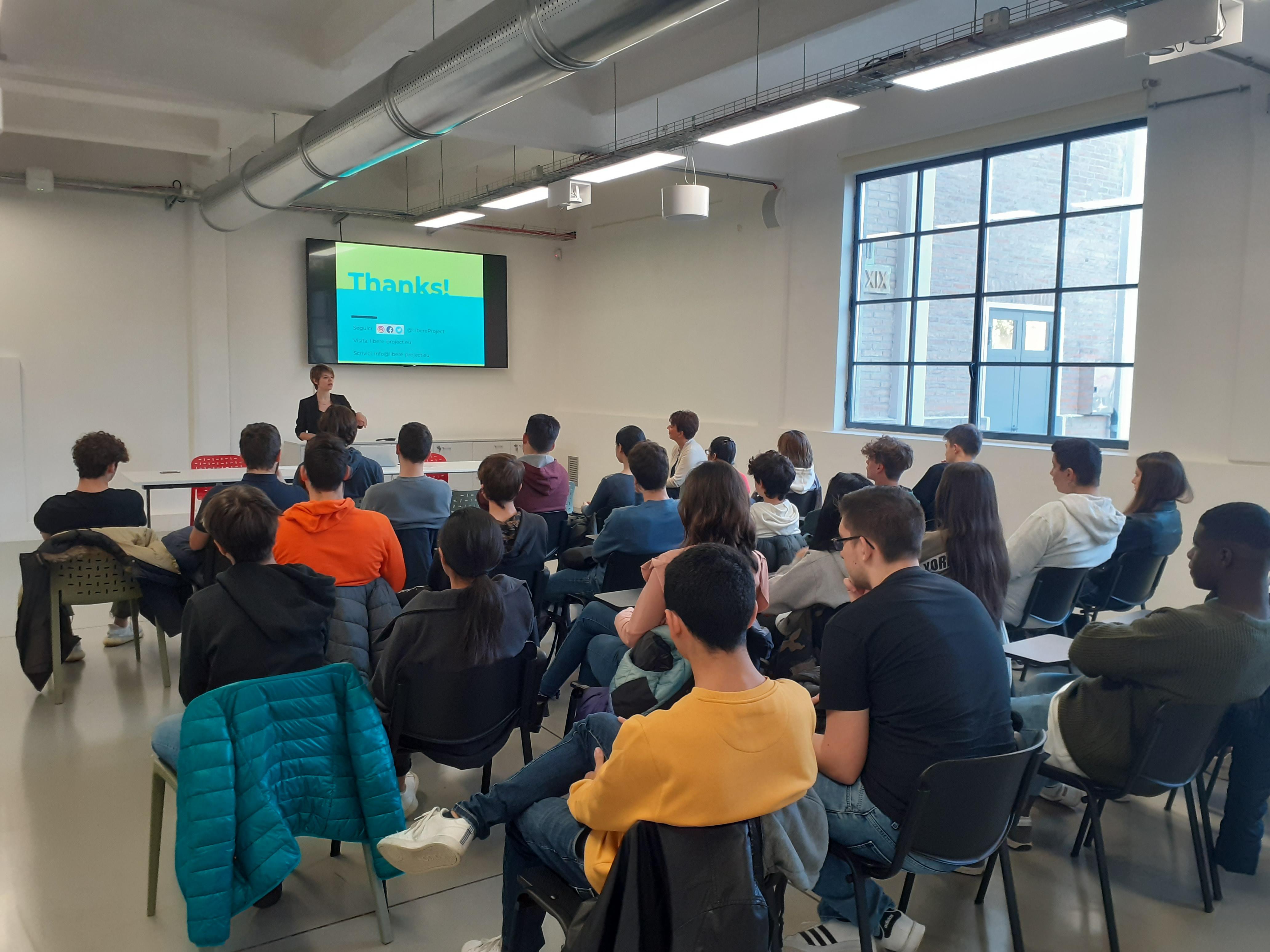 Una classe di giovani studenti assiste ad una lezione in Aula Formazione presso il Laboratorio Aperto