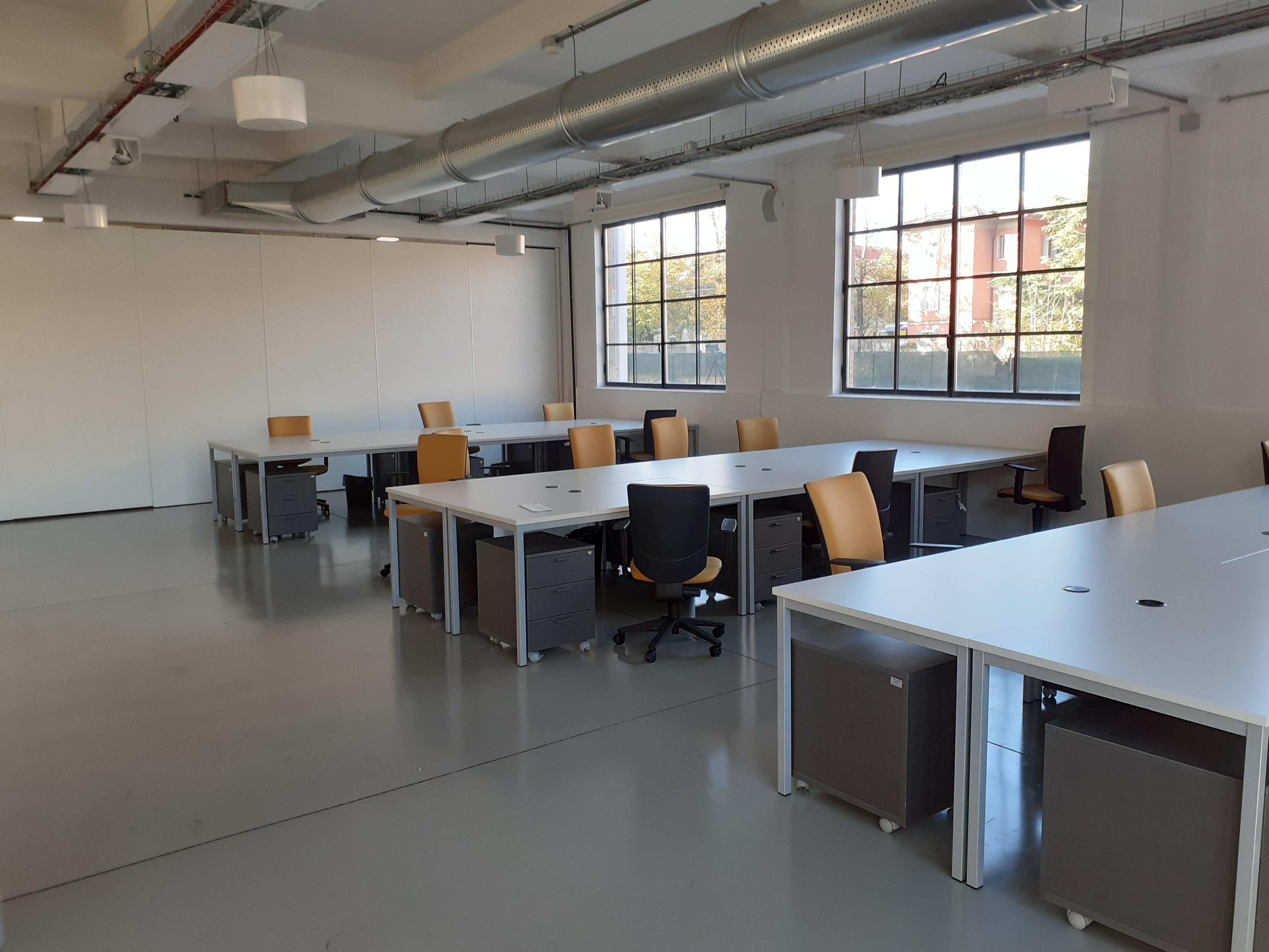 Spazio con scrivanie per il Coworking all'interno del Laboratorio Aperto