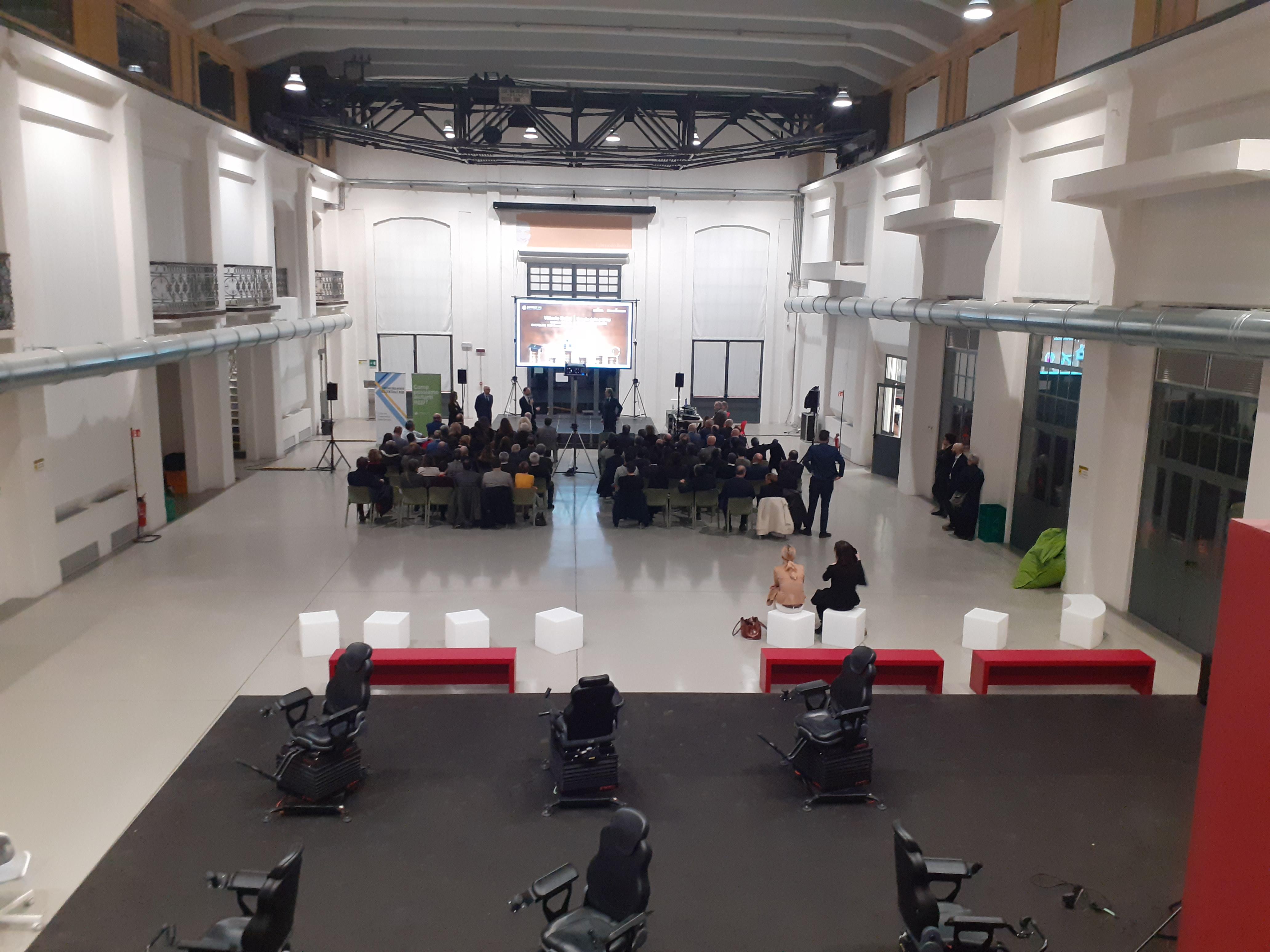 Conferenza stampa nella galleria centrale del Laboratorio Aperto